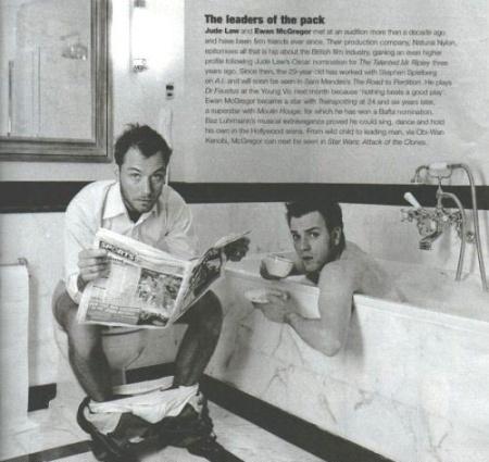 Jude Law lê o papel manhã, enquanto o seu amigo, Ewan McGregor, goza de uma x�cara  de chá. Parececivilizado??
